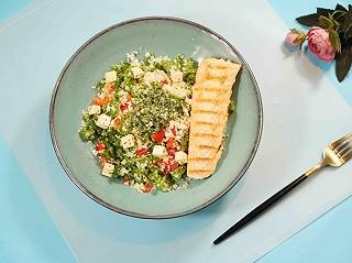 茱莉娅的视界的煎三文鱼中东小米沙拉配罗勒酱|致敬我们热爱的生活。