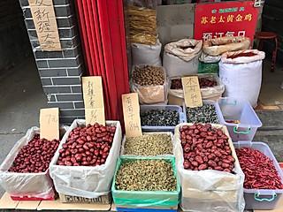 哈啤酒吃蛤蜊的西安回民街的菜市场