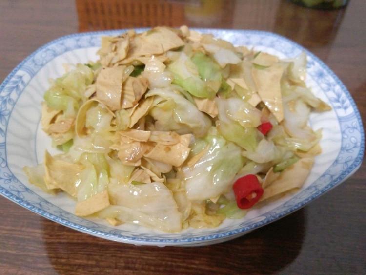 今日晚餐,香椿芽鸡蛋炒饭,卷心菜炒腐竹,小米山药粥图2