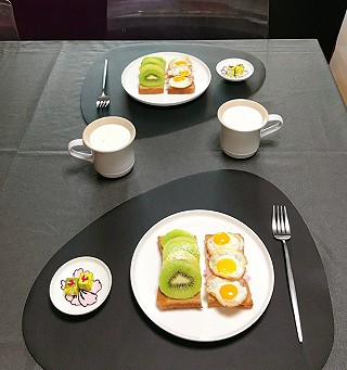 脂粉坊的今日早餐:三明治、奶酪、牛奶麦片;为迎接70周年大庆,路边