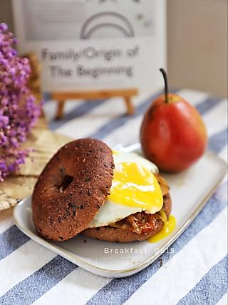 羽翙的贪吃小厨房的煎蛋鲜虾黑芝麻黑麦贝果➕梨