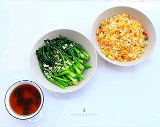 行走的吃客VS晨FUN的早餐:蛋炒饭 蒜蓉青菜 红枣桃胶羹