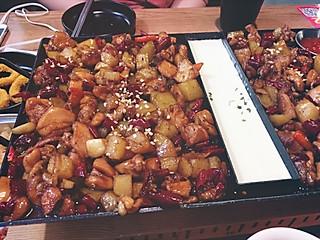 马怼怼_的芝士鸡是微辣的,里面还有土豆,味道真的是很不错,一点都不腻,肉量很足啊啊啊!根本吃不完啊啊啊