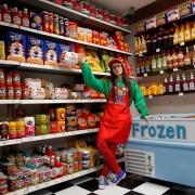 她开的便利店卖的食物全都不能吃!却为何受到无数追捧?
