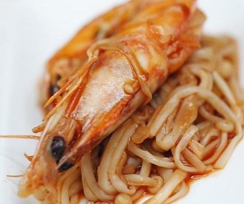 油焖虾煮金针的做法