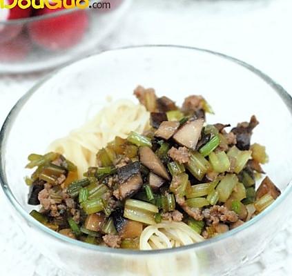 芹菜蘑菇肉末卤的做法
