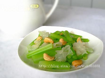 滋润养颜的凉拌菜——腰果雪耳拌西芹的做法