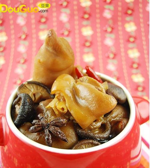 量身打造情人节小资肉菜——香菇红枣脱骨美容猪蹄煲的做法