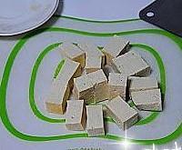 红头鱼烧豆腐的做法图解2