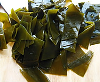 海带排骨汤的做法图解2