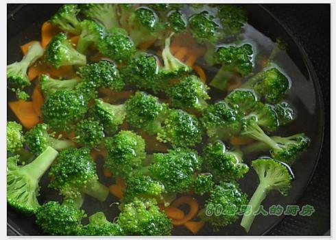 锅内加水烧开,将西兰花,胡萝卜放进去焯烫一下,大约水快开的时候关火