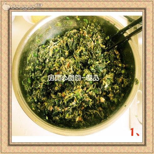 然后加料酒,姜末腌制十五分钟,放入剁碎的野菜和韭菜.