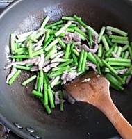蒜苗炒肉的做法图解8