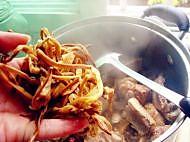 香菇黄花菜炖鸡的做法图解6